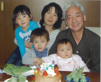 最愛のご主人とお孫さんたちに囲まれて