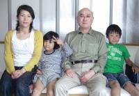 健康を取り戻した永井さん(左端)。大切なご家族と一緒に